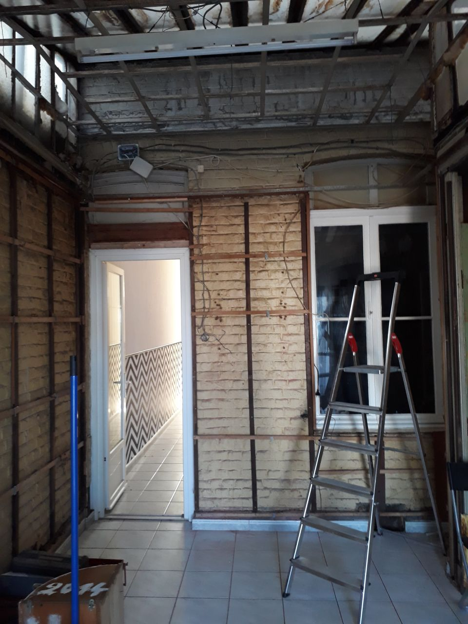 Mur de l'extension vue couloir décoffré