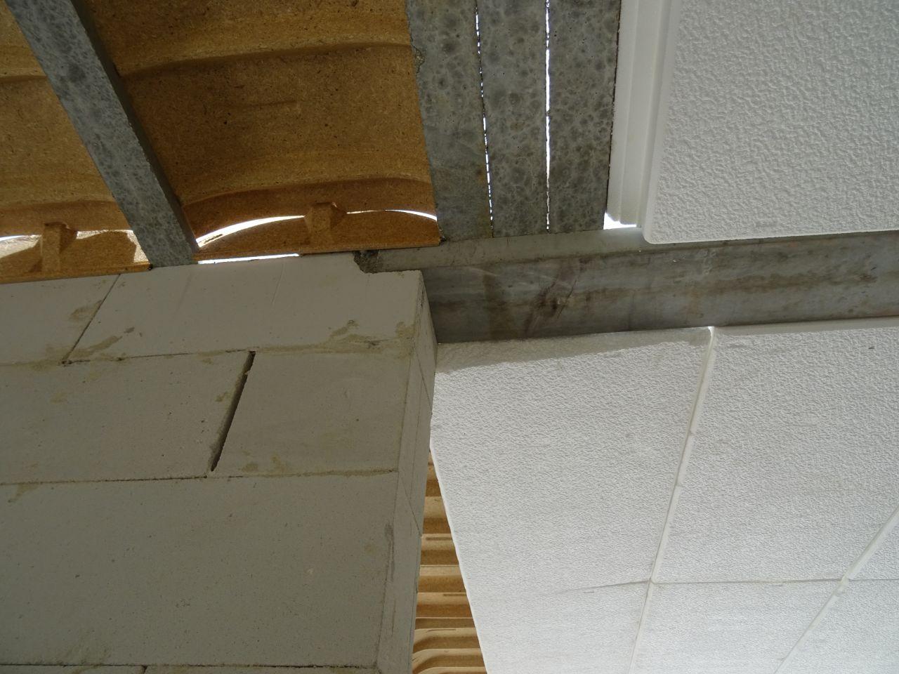 Préparation pour la dalle du 1er étage. Des polystyrènes flottent.