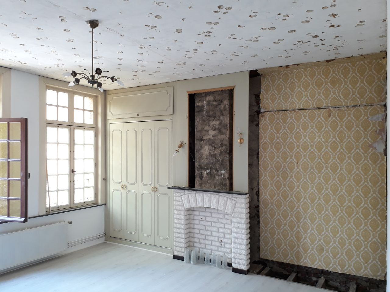 Chambre rue, plafond terminé et penderie démontée
