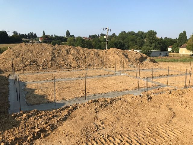 Les fondations coulées, maintenant il faut attendre que le béton se durcisse.