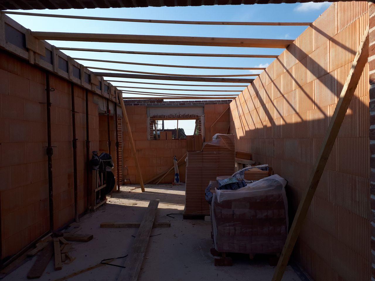 Préparation d'un linteau béton pour supporter le parement en brique de l'étage.