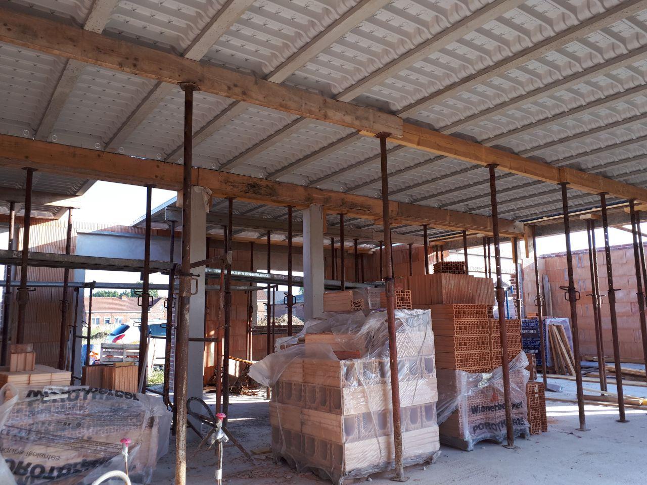 Préparation du plancher béton de l'étage.