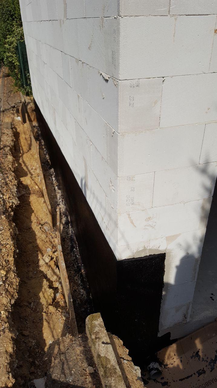 Enduit noir fait, mais pour notre chef de chantier l'étanchéité s'arrête là, il ne nous doit pas de DeltaMS ni de drain comme le préconise Ytong (la marque du béton cellulaire).