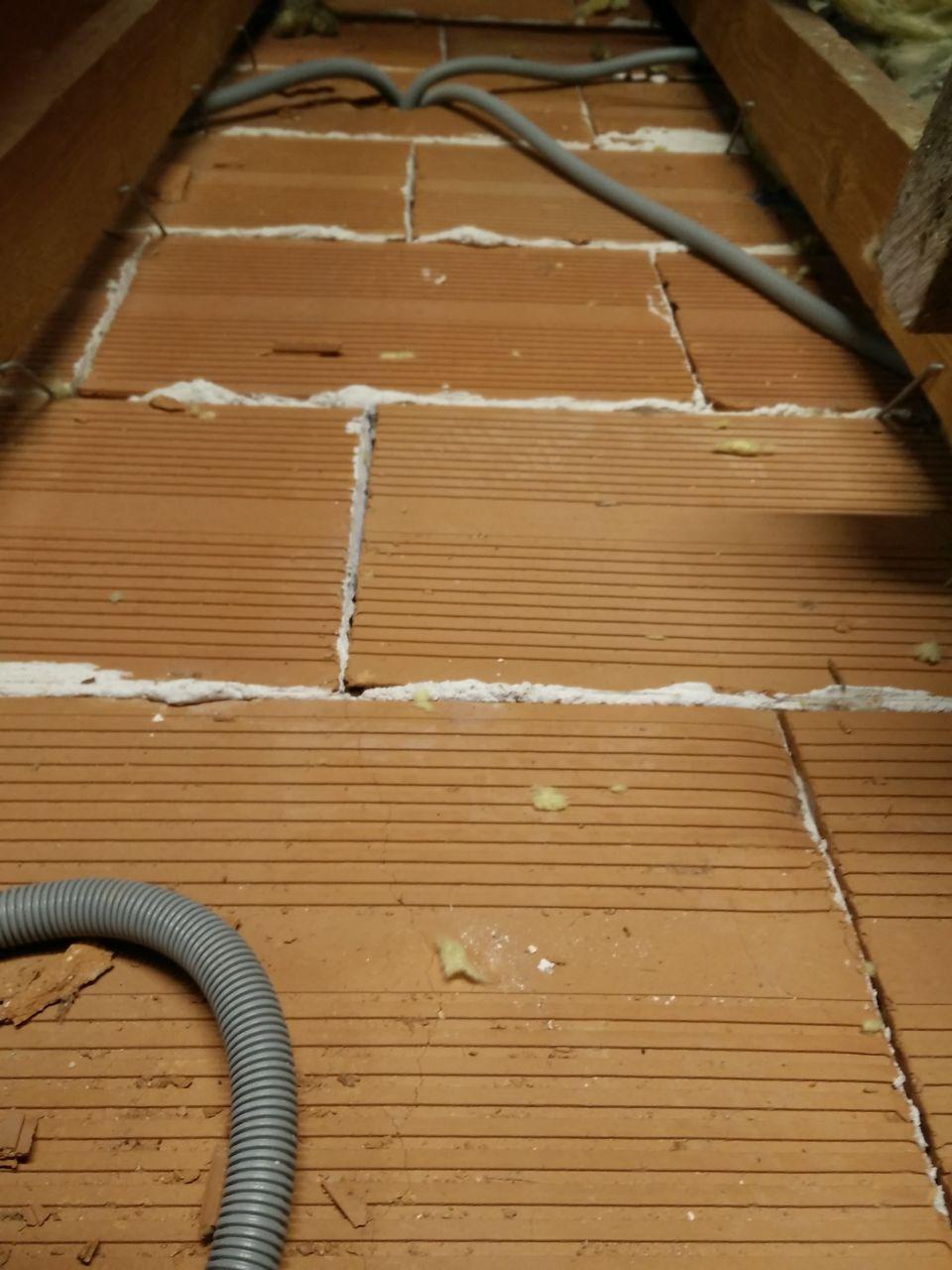 Fissures plafond a l'endroit de la cloison
