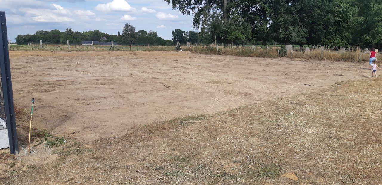 Le terrain nettoyé et sans talus =)