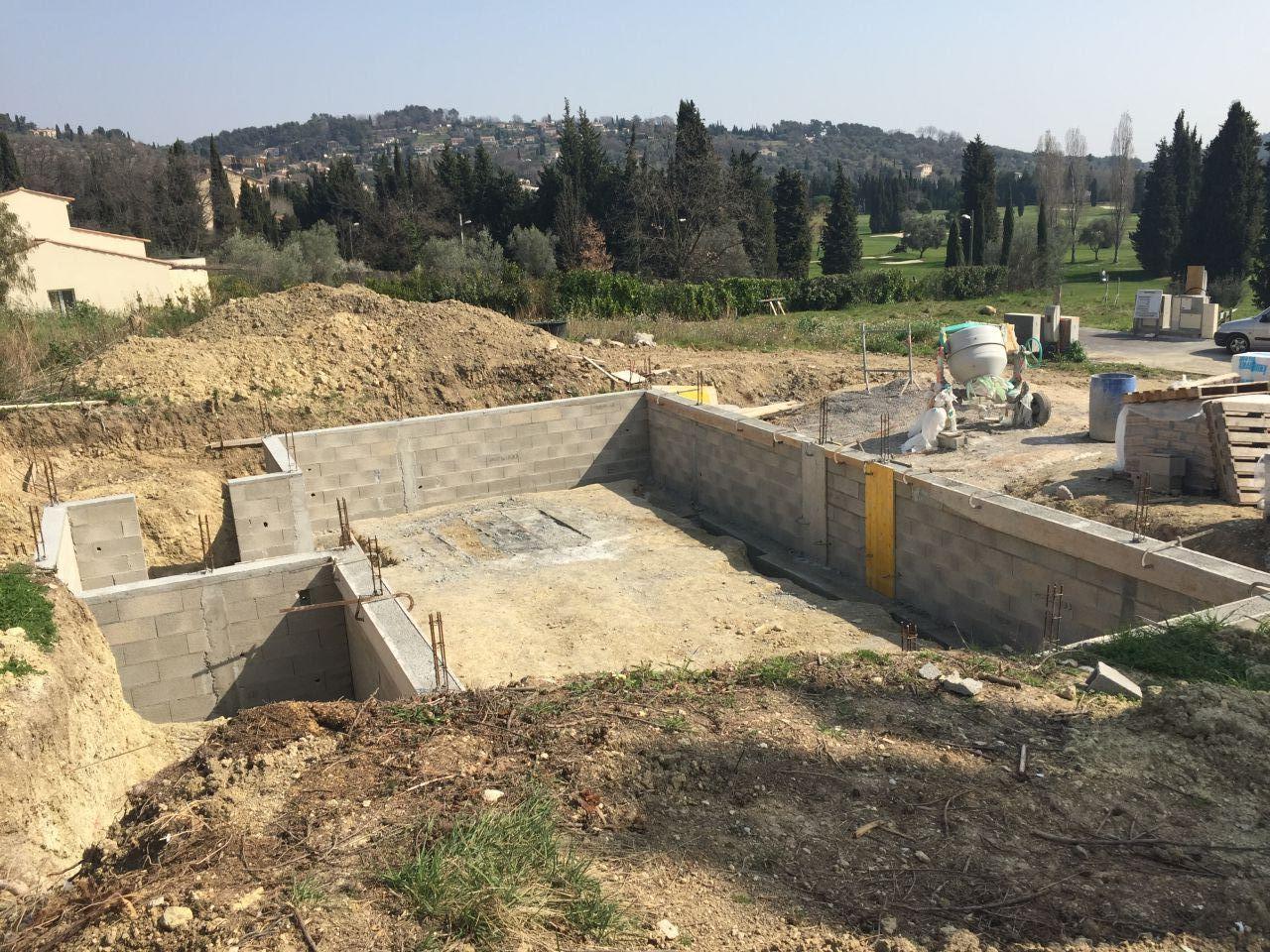 Murs du vide sanitaire pratiquement achevés