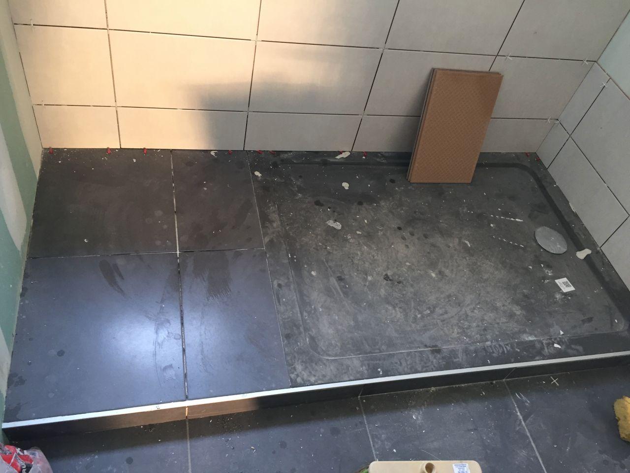 Bac à douche extra plat intégré dans le carrelage