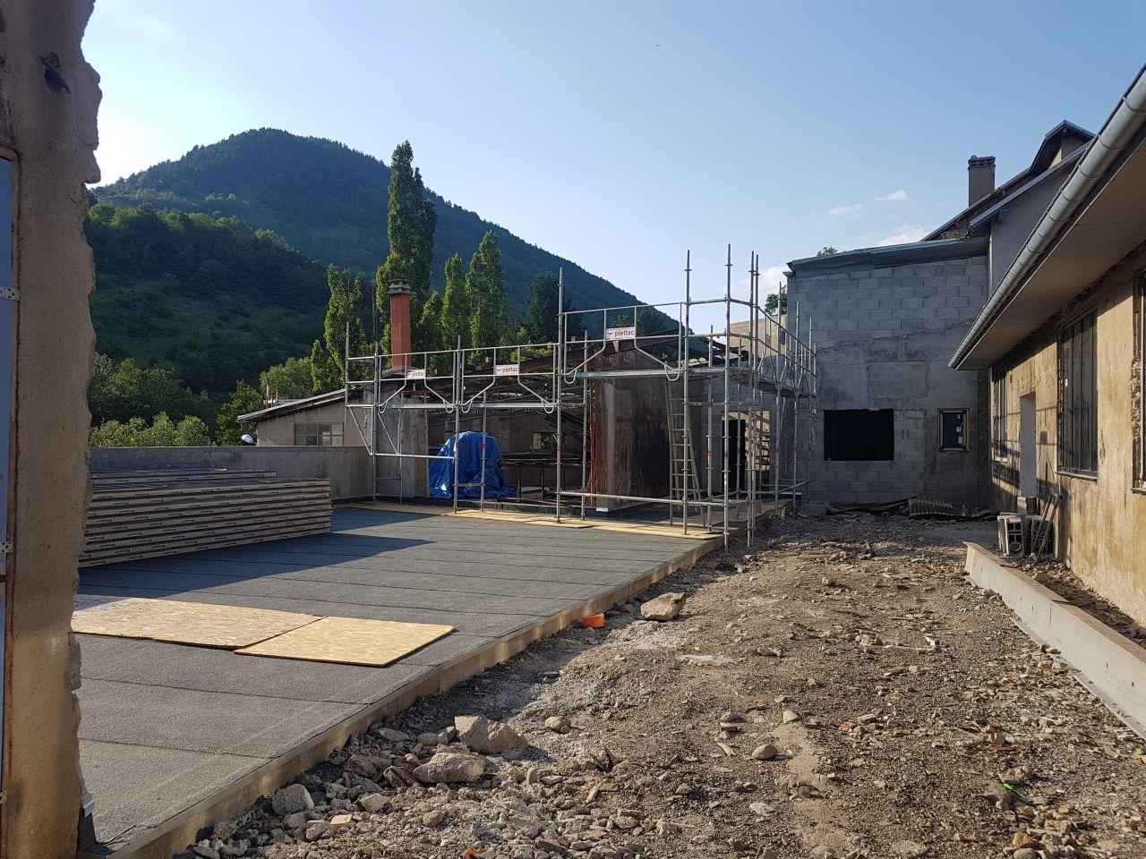 """toit de la """"salle des fêtes"""" en cours"""