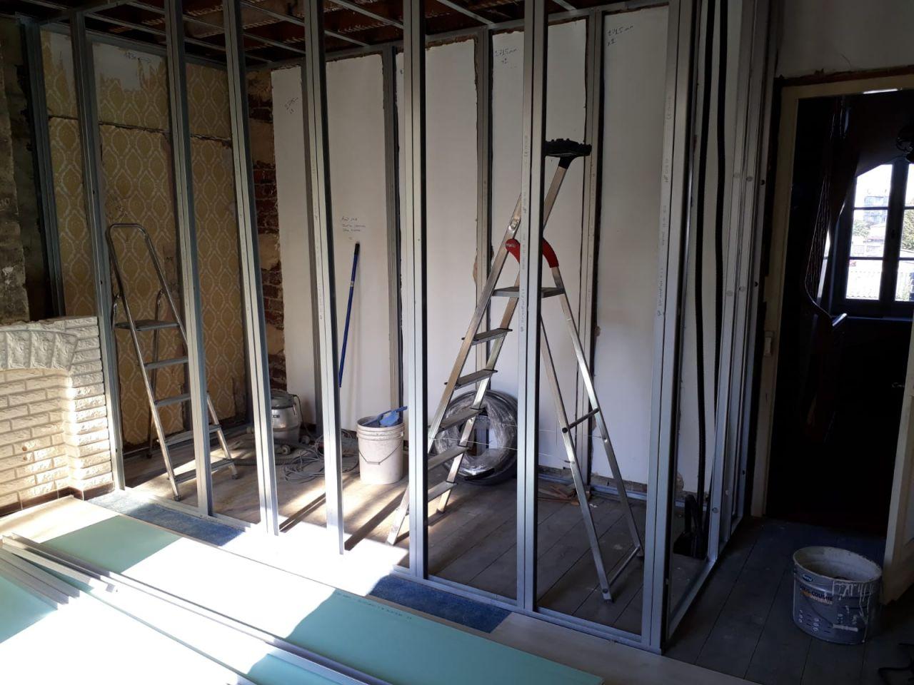 Ossature salle de bain bientôt terminée avec porte