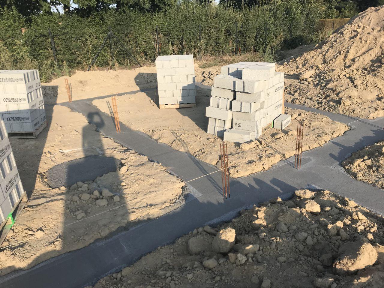 jour 7 : coulage des fondations et livraison des parpaings pour le vide sanitaire