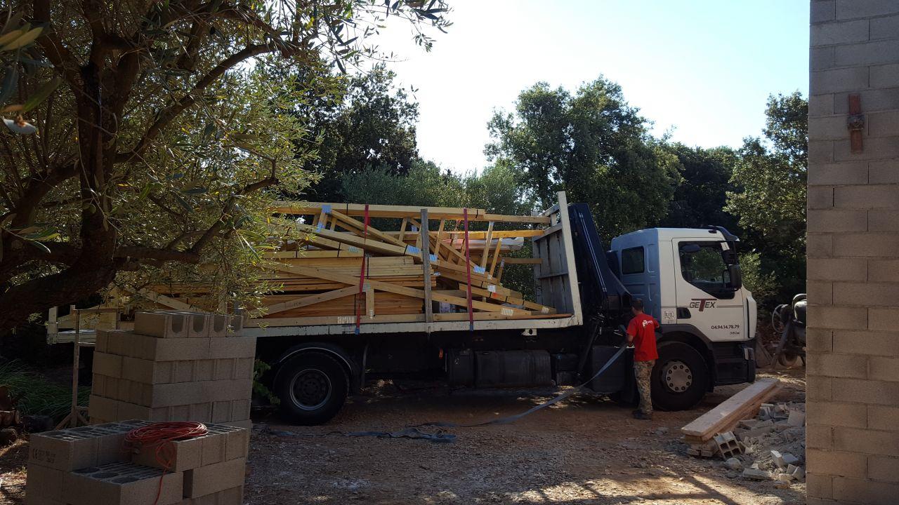 Camion plein de fermettes