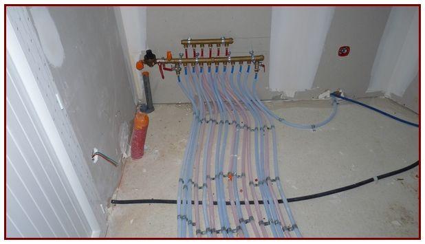Nourrice (départ de tous les tuyaux : eau froide et chaude) dans le cellier, près de l'arrivée d'eau (compteur)