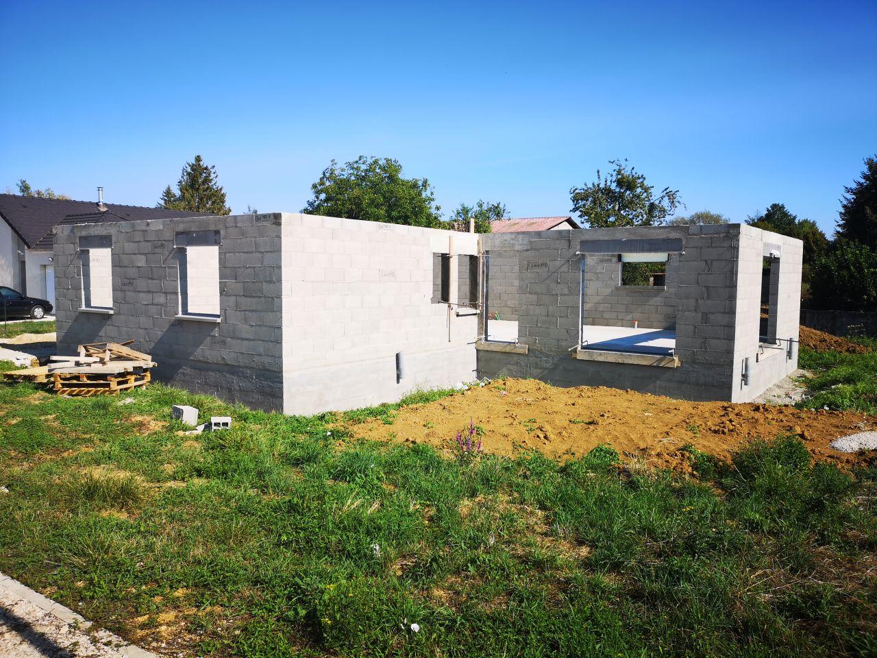 Les murs sont montés. On voit enfin à quoi ressemble notre projet. On a encore un peu de mal à s'imaginer certains volumes mais cela viendra. <br /> Prochaine étape le toit courant septembre.