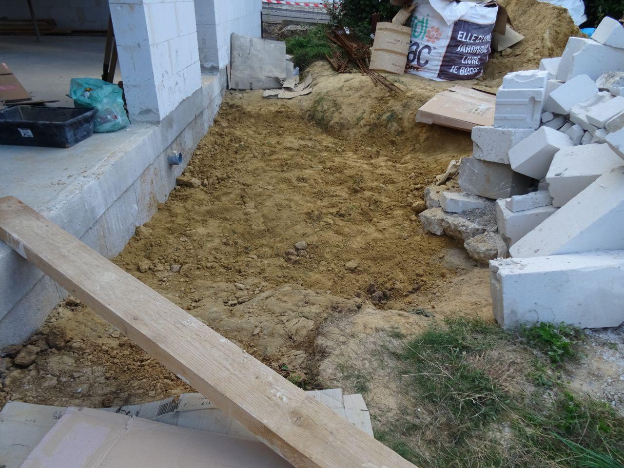 Suite du remblai, cela faisait longtemps ! Il a fallu d'abord nettoyer tout le béton, sable, etc.