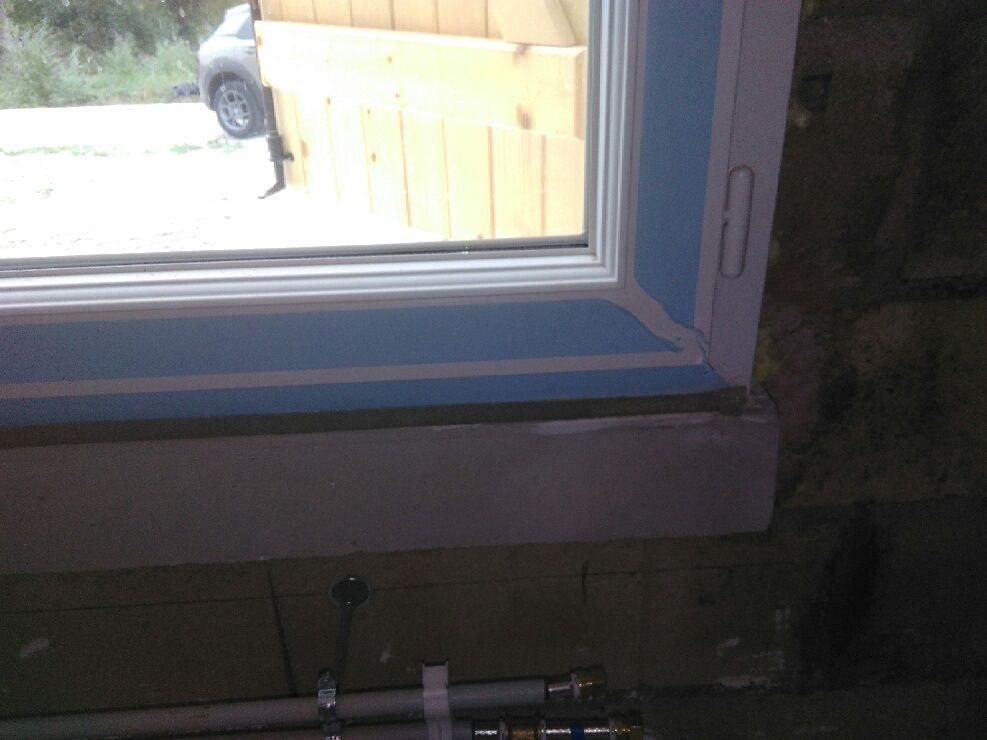 Fenêtre de la buanderie au sous-sol aux normes!? Pour le placo ca se passe comment la.....