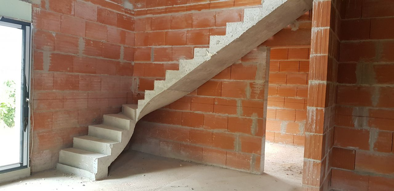 escalier béton quart tournant décoffré et poncé prêt à recevoir le béton ciré