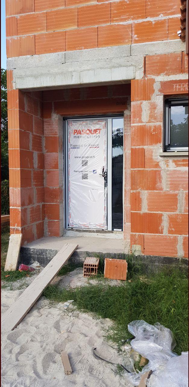 maison hors d'air vue porte d'entrée avec tierce