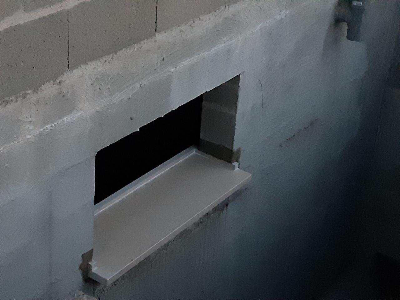 Appuis de fenêtre en cours de pose au sous sol