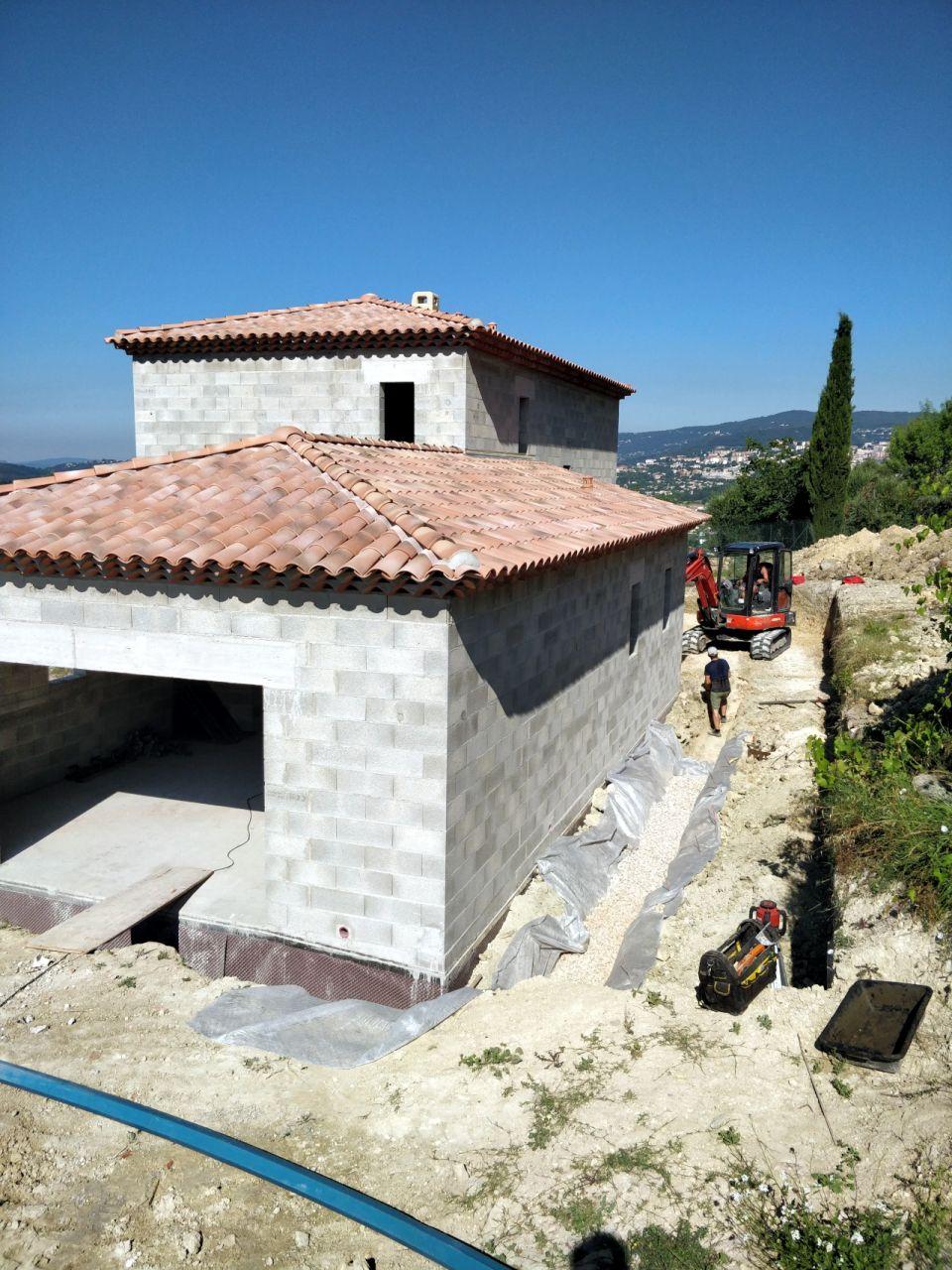 Installation du drain périphérique de récupération des eaux de pluies.