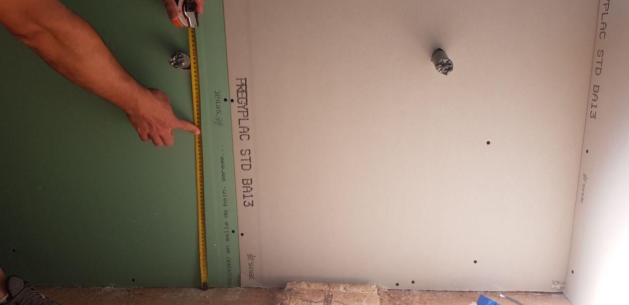 Placo salle de bain étage. Pas de placo hydrofuge derrière la totalité du double vasque? + problème hauteur évacuation non conforme à celle demandée.