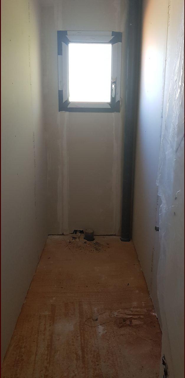 WC étage . Pas de placo hydro, est-ce normal ?