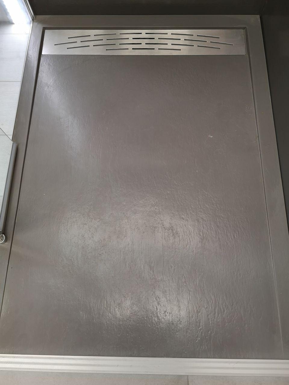 receveur extra plat de l?étage qui sera blanc avec la même grille d'evacuation