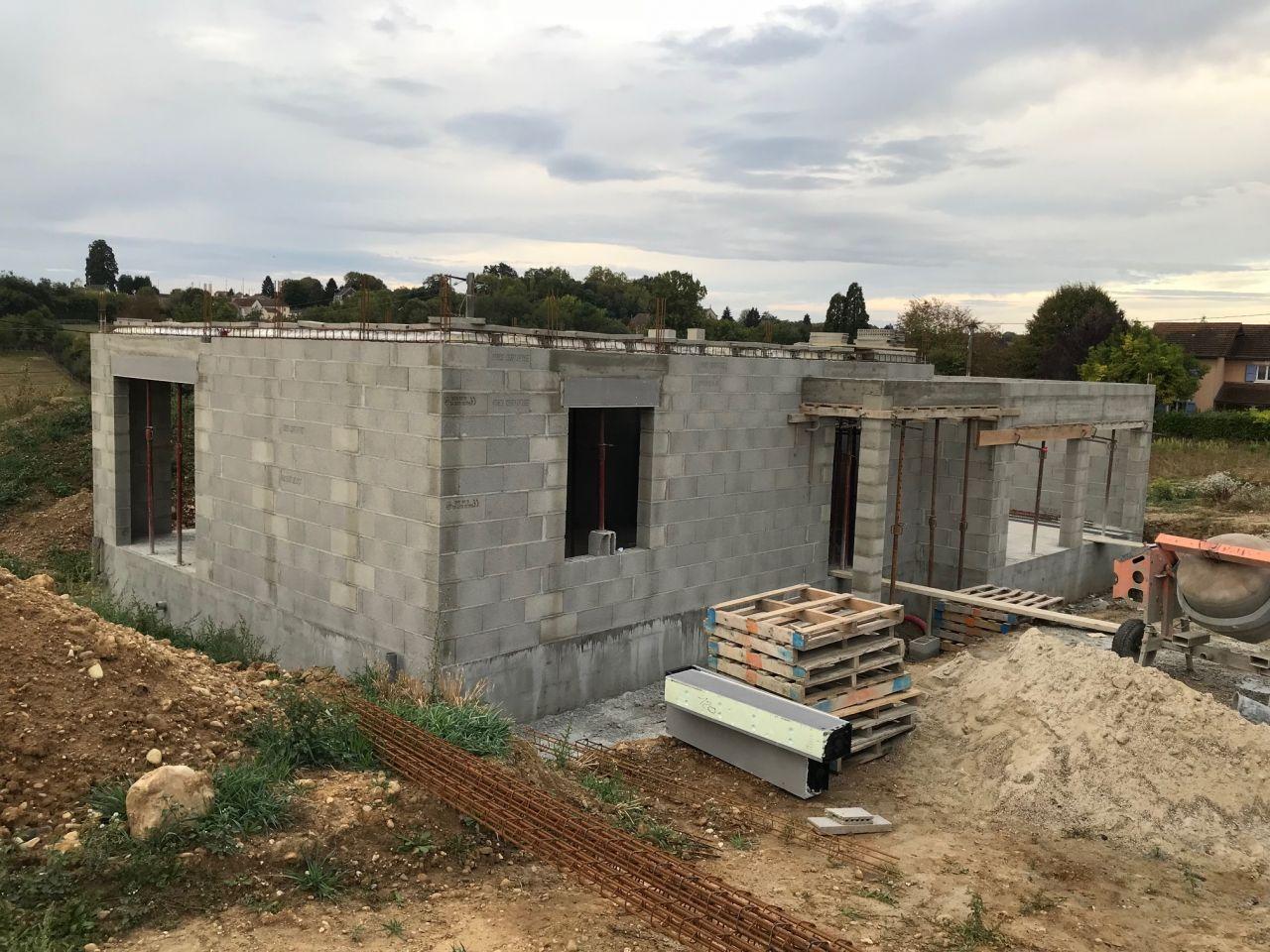 Vue d'ensemble élévation des murs du rdc terminée et preparation de la dalle du premier étage