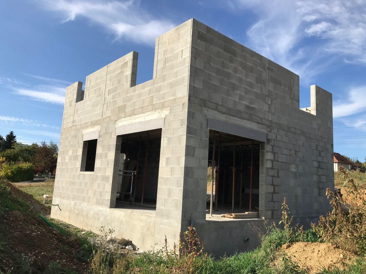 Début de l'élévation des murs de l'étage