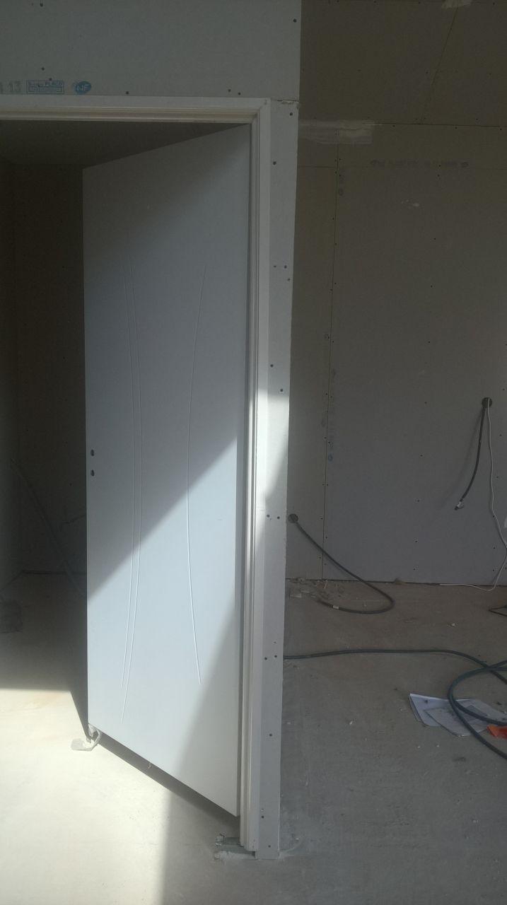 Porte du cellier pas droite, flagrant dotant plus que c'est dans le salon et qu'on passe a coté, découpe du placo pas droite sur le coté droit et encadrement de porte tordu, il sont repassé pour recaler l'encadrement de la porte mais c'était trop compliqué pour eux de recommencer le plaquo en entier de la porte, le conduc' nous disait qu'il fallait voir si il y avait toujours une différence (>&cm) aprés le passage du jointeur, c'est toujours le cas mais aucune nouvelle du conduc' à ce propos.