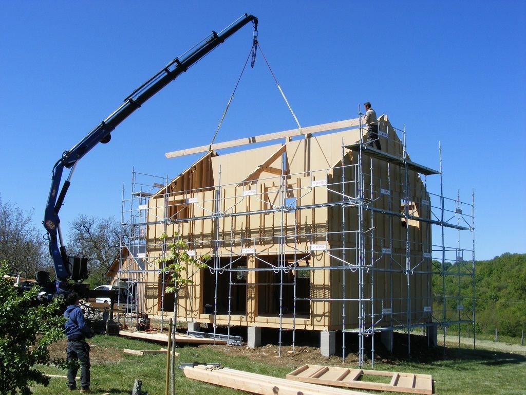 Installation des pannes d'une seule pièce en lamellé-collé (12 mètres)