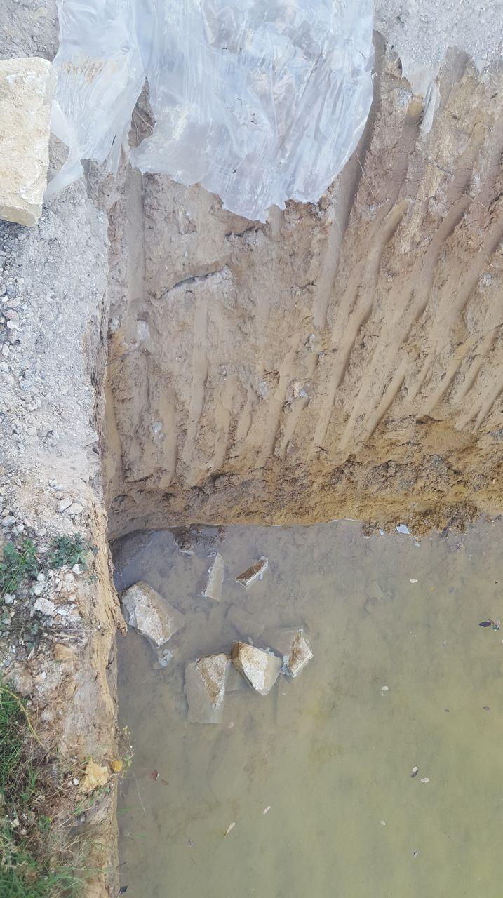 Les ouvriers ont du déplacé nos pierres et en ont fait tomber dans le trou des voisins ! je suis furax !