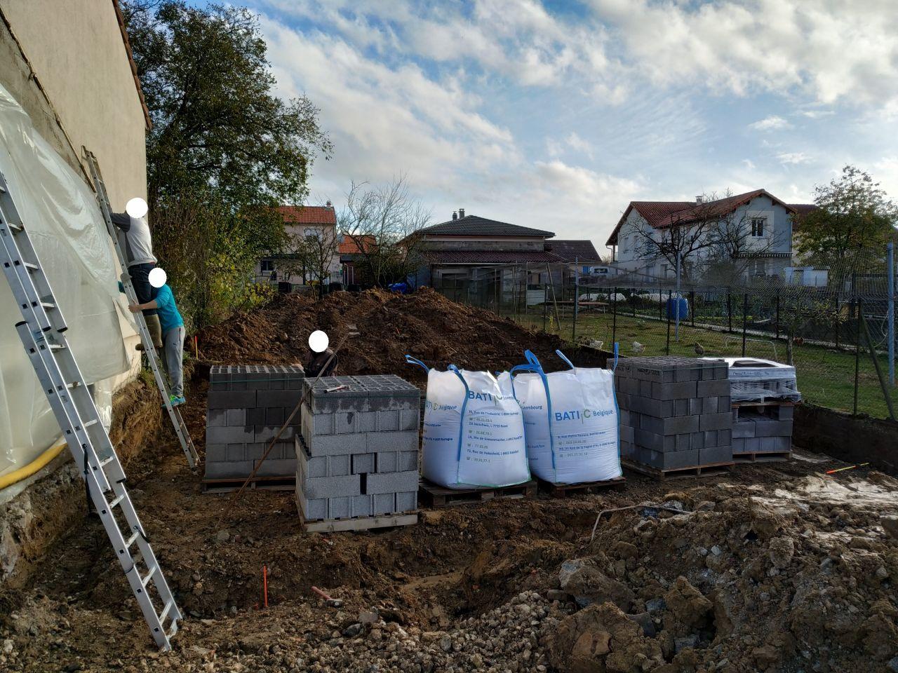 Protection du mur de la voisine en attendant la montée du pignon Est. Les fouilles ayant été faites, les fondations devraient être coulées demain! »