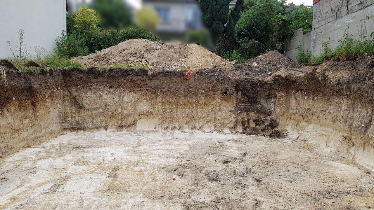 Ah ouais, ça fait quand même un sacré trou... Le vide sanitaire mesure 1m80, car une ancienne cave coulée par l'ancien propriétaire se trouvait sur l'emplacement de la maison