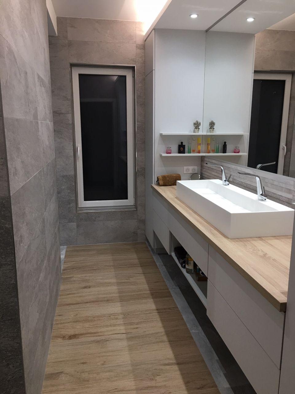 Salle de bain principale avec grand miroir