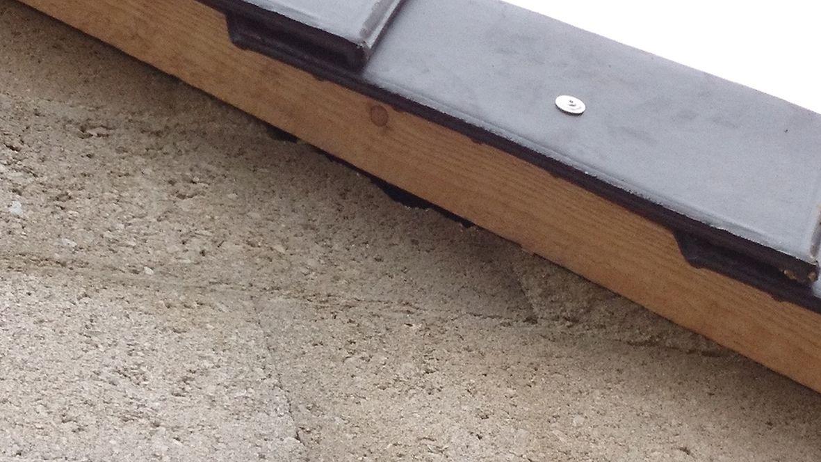 L'affaire des planelles : trou pour passage des liteaux dans le pignon cassé.