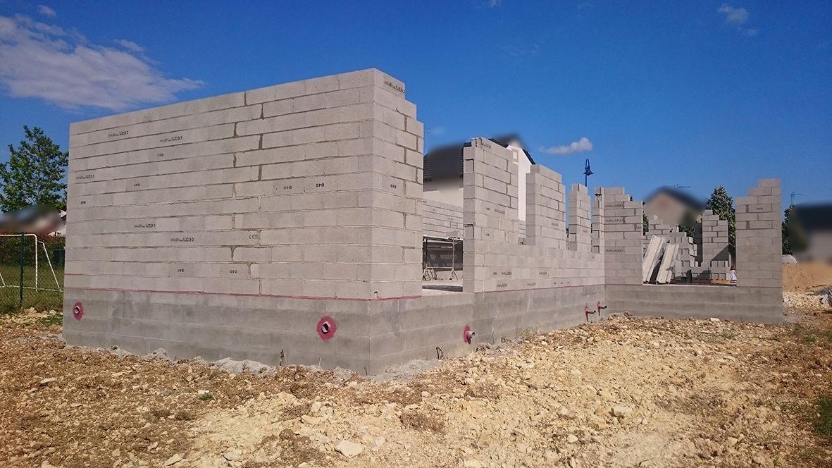 Murs presque finis. Il faut faire les linteaux au dessus des ouvertures.