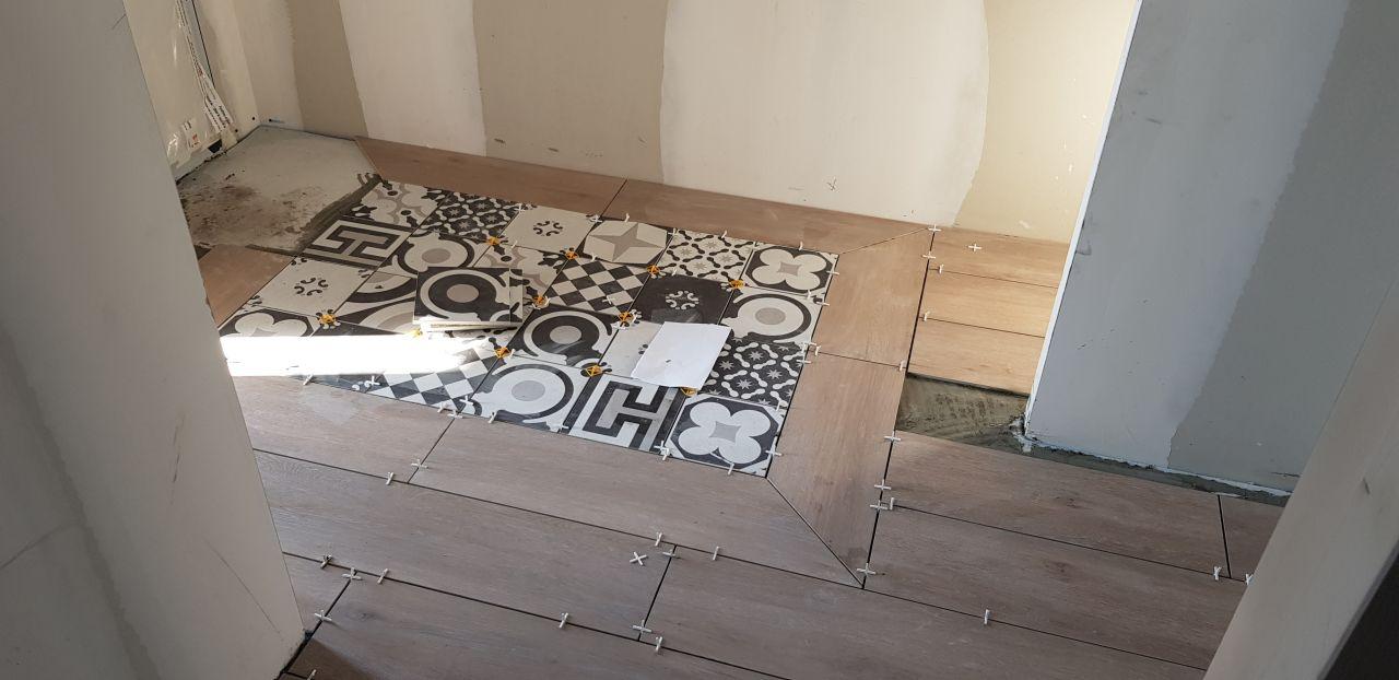 Carrelage entrée avec tapis en aspect carreaux de ciment