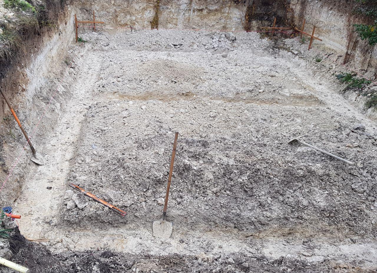 Re-creusement des tranchées qui vont accueillir les semelles de fondations