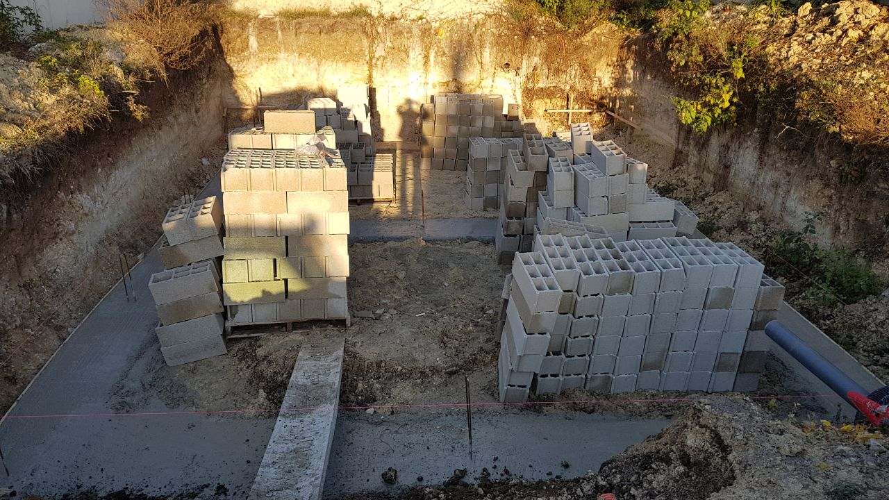 Fondations terminées, vues de l'avant de la maison