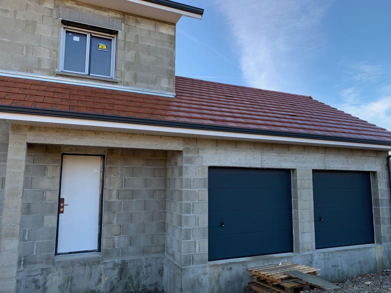 Les portes de garage et la porte d'entrée (protégée)