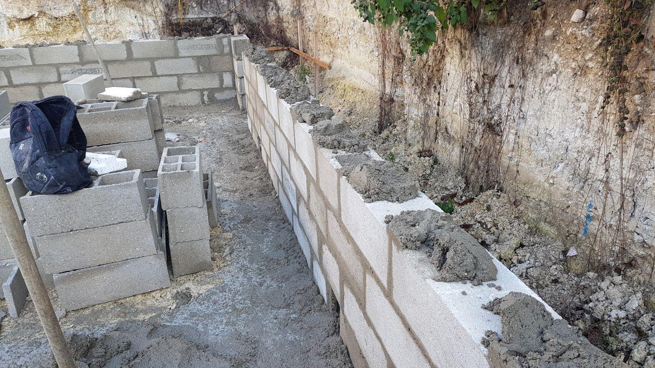 Premiers rangs du vide sanitaire avant chainage horizontal