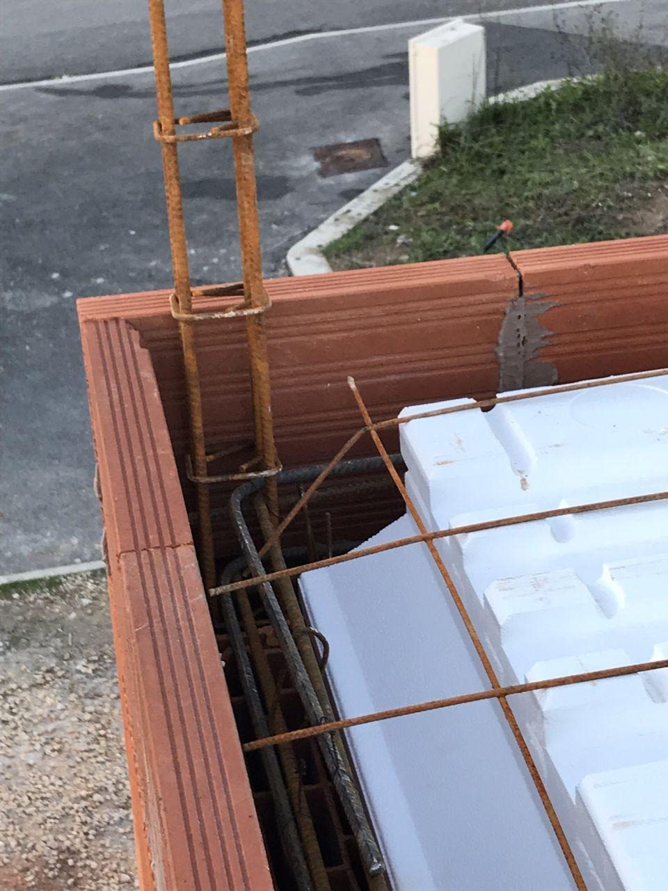 Chaînage vertical d'angle en margelle brique et hourdis léger (sauf about en polystyrène)