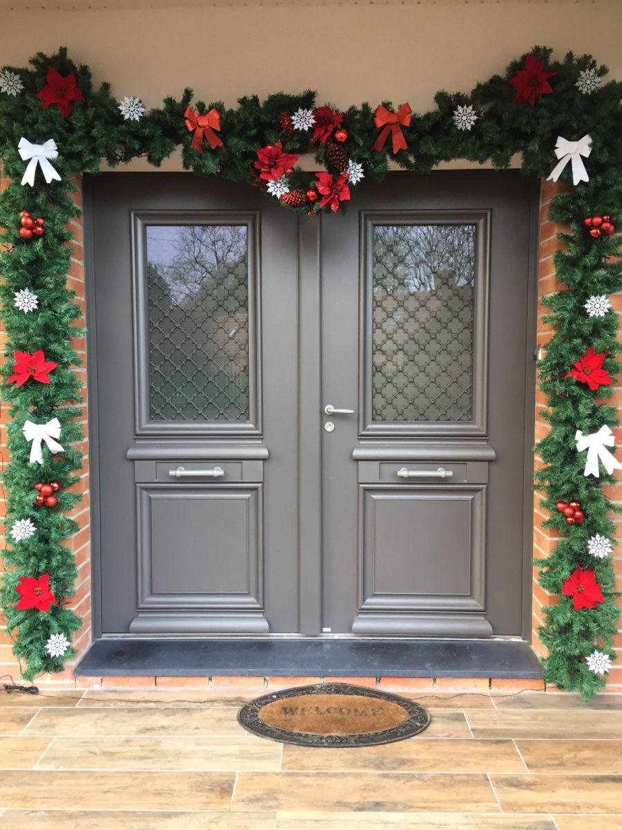 Déco de Noël de la porte d'entrée.