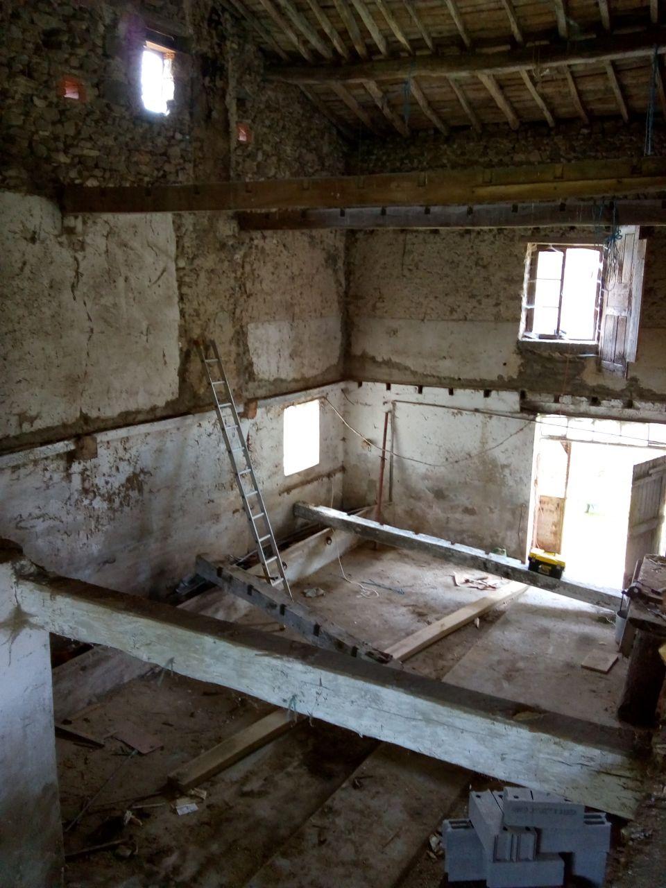Future salle à manger. Le bas restera un espace de stockage. <br /> Plancher tombé, poutres retirées. En attendant future dalle béton.