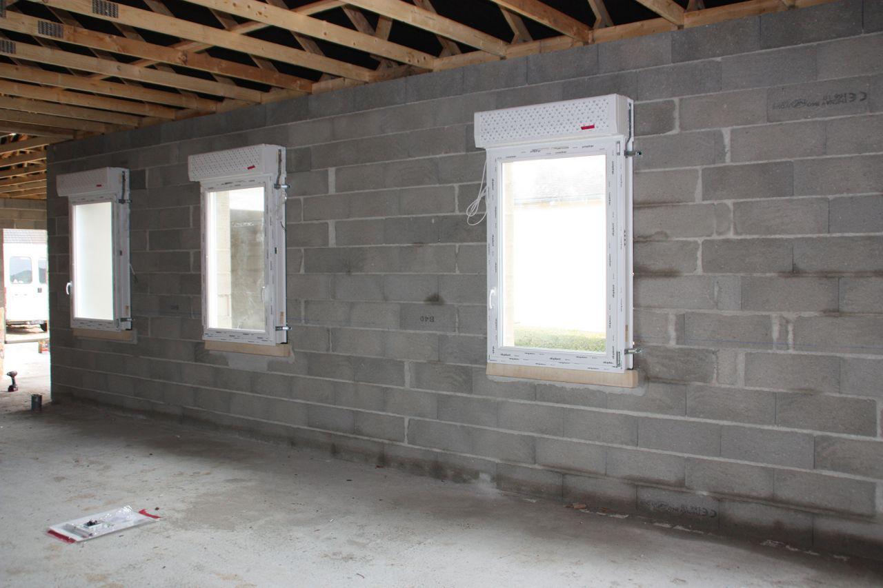 Fenêtres des chambres et de la SDB en cours de pose.