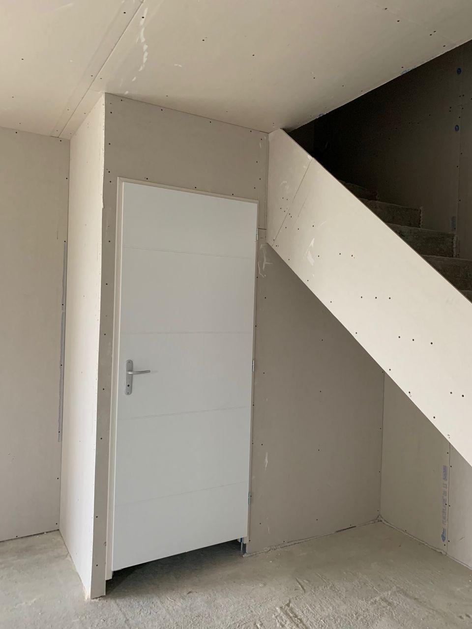Vue depuis l'entrée avec le Wc en face et l'escalier sur la droite