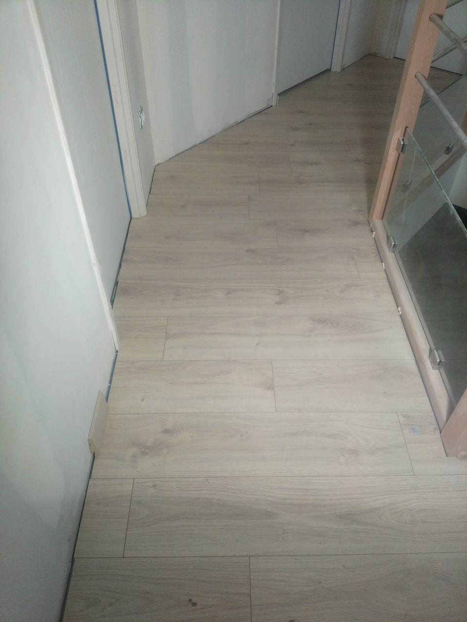 Couloir de l'étage vu du haut des escaliers