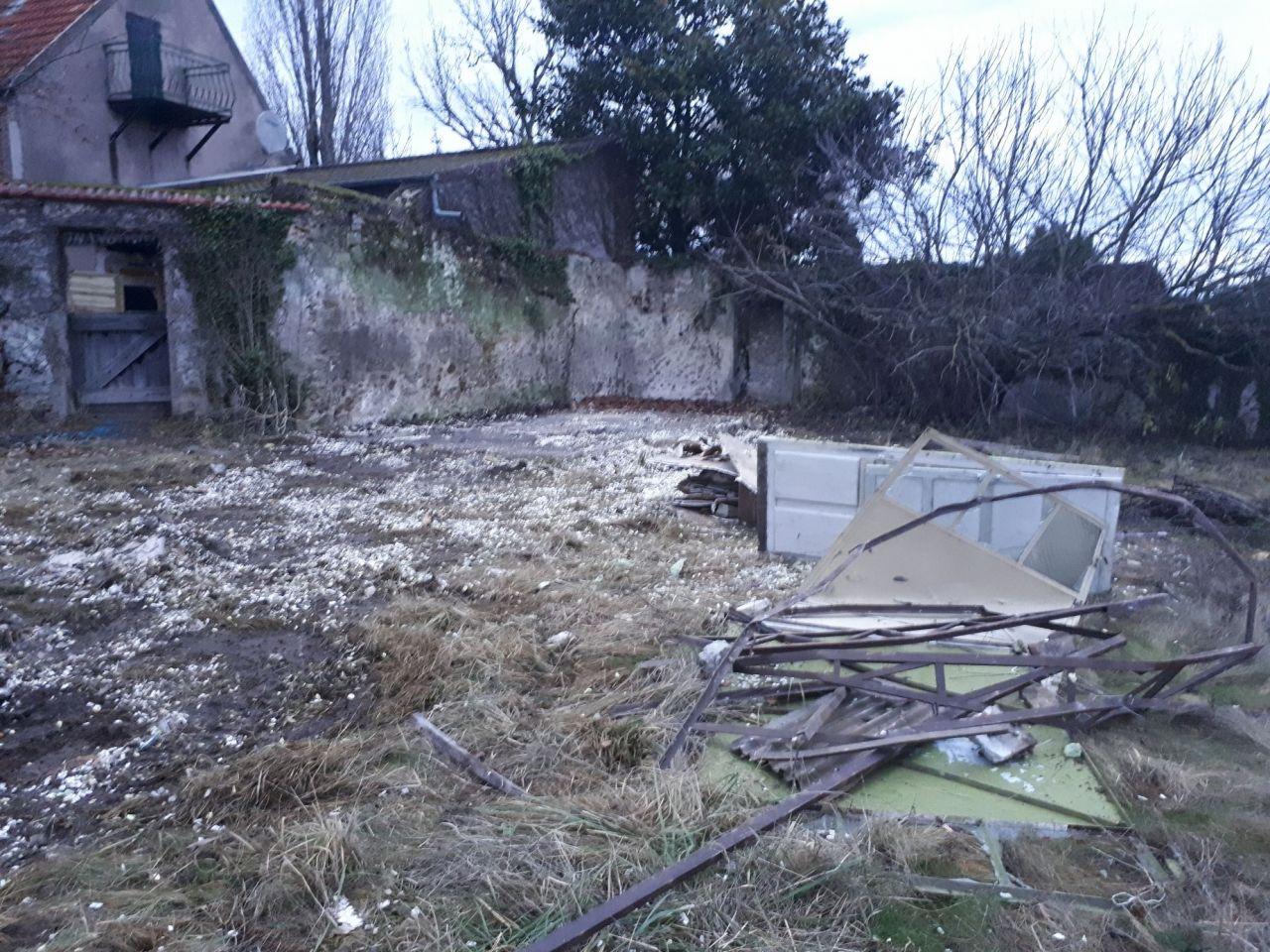Abri de jardin démoli, il ne reste plus que la dalle à terminer au marteau-piqueur