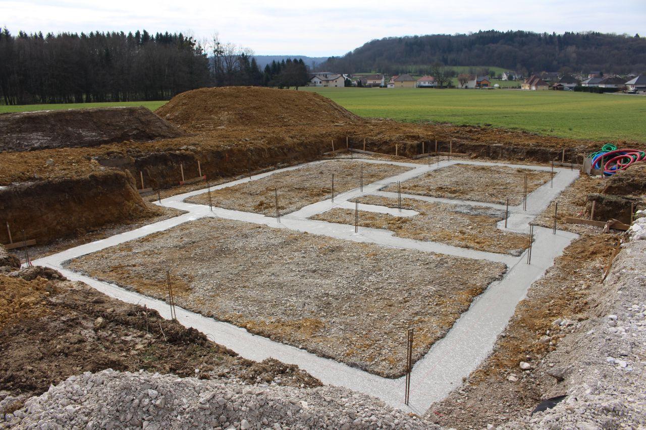 Et voici le coulage des fondations, les contours de la maison se dessinent.