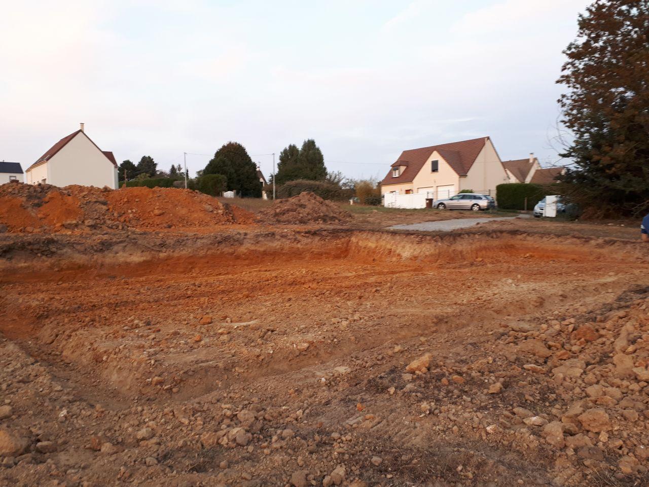 17 et 18 septembre, terrassement en vue du coulage du béton pour les fondations. Enfin ça commence.